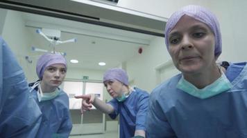Notfallteam des Krankenhauses, das eine Trage mit dem Patienten durch die Krankenhaushalle trägt video