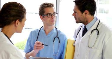 equipe médica em pé e falando video
