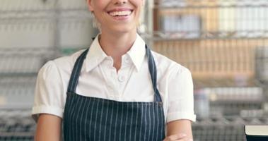 servidor feliz sorrindo para a câmera ao lado de seus cupcakes video