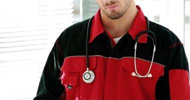 Porträt des männlichen Sanitäters lächelnd video