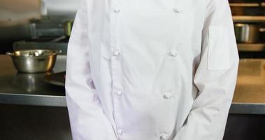chef sorridendo alla telecamera in cucina