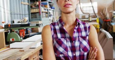 retrato de uma mulher atraente carpinteira em pé com os braços cruzados video