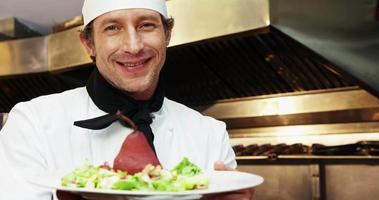 chef bonito segurando um prato com uma pêra escaldante video