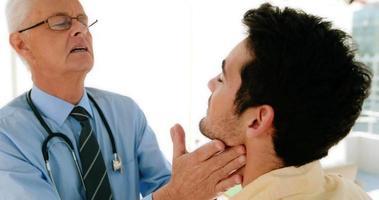 medico che esamina paziente maschio