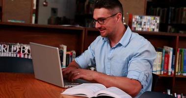professor die zich voorbereidt op zijn klas in de bibliotheek