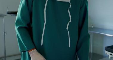 retrato, de, cirujano, arreglar, herramientas quirúrgicas, en, bandeja video