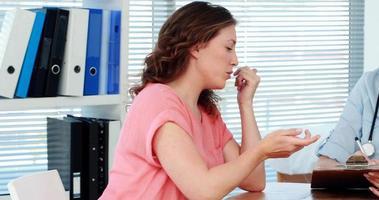 médica discutindo um relatório com um paciente video
