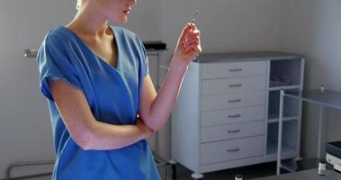 retrato, de, enfermera, tenencia, herramienta quirúrgica video