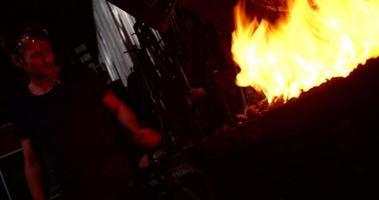 Herrero trabajando hierro en una fragua con fuego en cámara lenta video