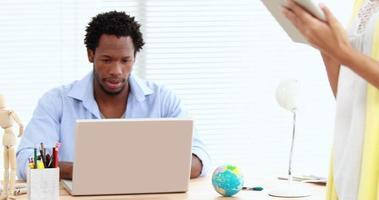colleghi di lavoro casuali che utilizzano tablet e laptop