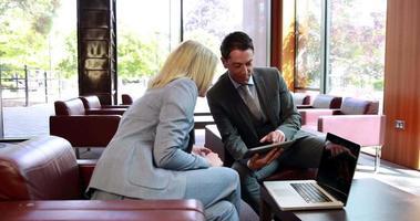 uomini d'affari utilizzando la tavoletta digitale in riunione video