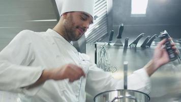 feliz chef profesional en una cocina comercial en un restaurante u hotel está preparando sopa.