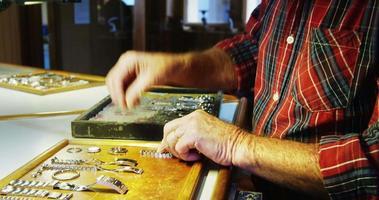 relojero reparando un reloj