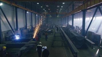 images d'une usine de l'industrie lourde avec des ouvriers et des étincelles. video
