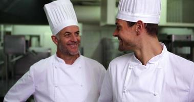 Zwei lächelnde Köche geben der Kamera ein OK-Zeichen video