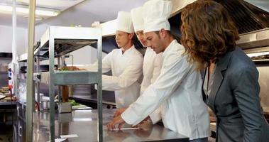 empregador olhando para chefs anotando pedidos video