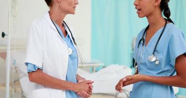 dois médicos felizes falando juntos