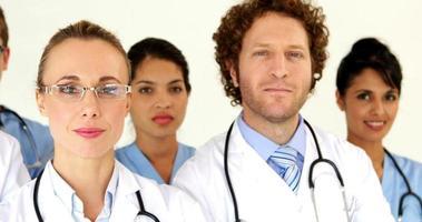team medico guardando la telecamera
