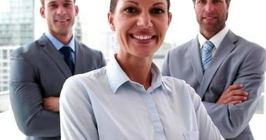 équipe commerciale confiante souriant à la caméra