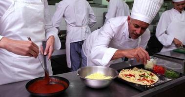 chef feliz preparando uma pizza video