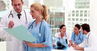 squadra medica che esamina insieme il file