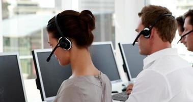 empleados del centro de llamadas en el trabajo