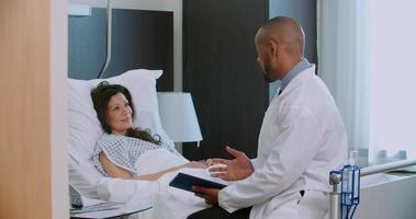 medico e paziente femminile hanno consultazione nella stanza d'ospedale