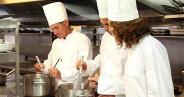 gruppo di chef a parlare e cucinare video