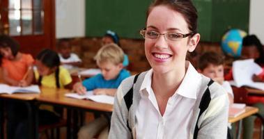 professora bonita sorrindo para a câmera