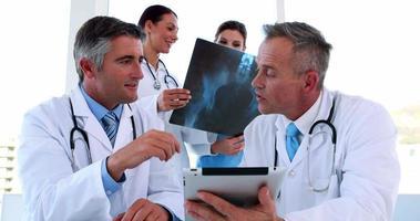 equipo médico discutiendo y sonriendo a la cámara video