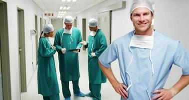 Porträt des männlichen Chirurgen, der mit den Händen auf den Hüften steht video
