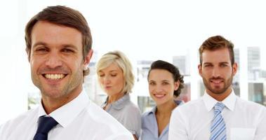 equipo de negocios feliz sonriendo a la cámara video