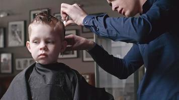 taglio di capelli del ragazzino in salone video