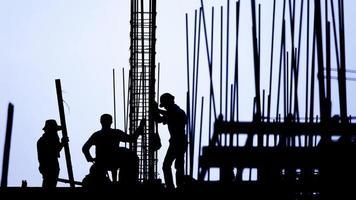 silhueta do trabalhador da construção civil no local de trabalho video