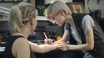 creando un tatuaje magistral video