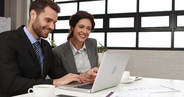 colleghi di lavoro che utilizzano laptop