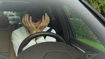 hombre de negocios somnoliento y somnoliento conduciendo un coche