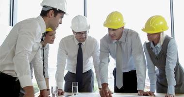 Architektenkollegen arbeiten am Projekt
