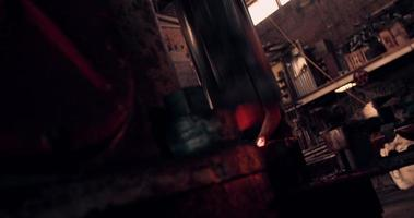 mechanisches Hämmern von glühendem Eisen in Schmiedeschmiede video