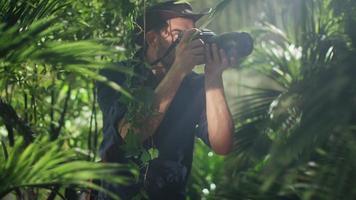 photographe animalier professionnel prenant des photos dans la forêt de la jungle