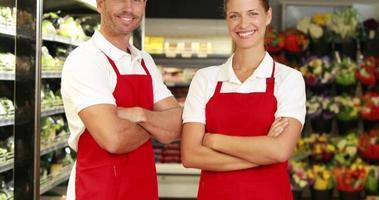 personale del negozio di alimentari sorridendo alla telecamera video