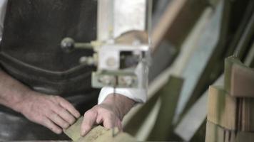 carpinteiro em sua oficina video