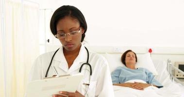Krankenschwester schreibt auf Zwischenablage in der Station video