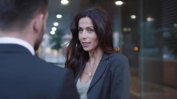 homem de negócios e mulher tendo reunião e conversa ao ar livre. video