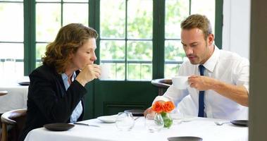 squadra di affari che ha una riunione nel ristorante