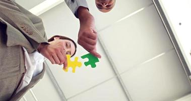 Geschäftskollegen halten Puzzleteile video