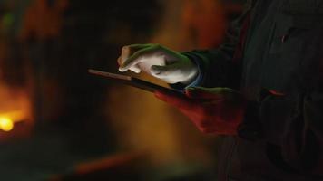 El ingeniero está utilizando una tableta para trabajar en un entorno industrial. entorno industrial.