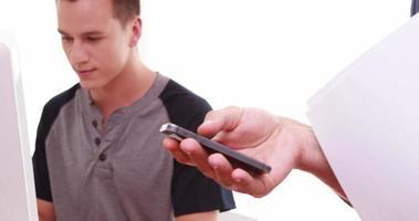 uomini che utilizzano telefono cellulare e computer