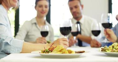 uomini d'affari che tostano insieme al vino rosso