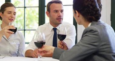 equipe de negócios tendo uma reunião no restaurante video